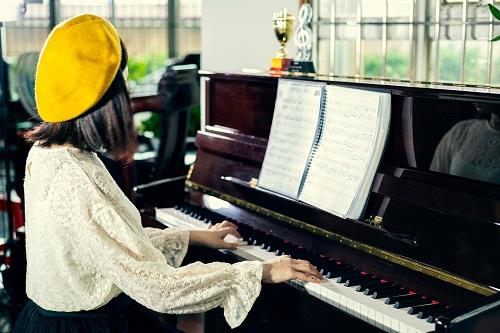 un déménageur de piano à Paris